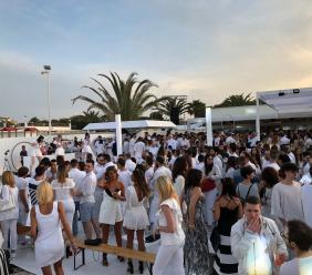 Una marea bianca sulla spiaggia di Civitanova: opening party del Cala Maretto