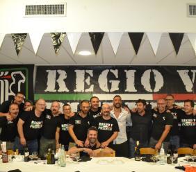 I tifosi maceratesi dell'Ascoli festeggiano la salvezza insieme al capitano Andrea Mengoni