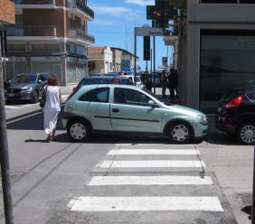 Civitanova, con l'auto sulle strisce blocca il marciapiede
