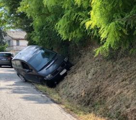 Sbanda con l'auto e finisce fuori strada - FOTO