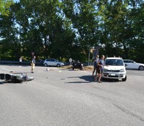 Trodica, frontale fra una moto e un'auto: in quattro finiscono all'ospedale