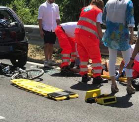 Ciclista tampona un'auto: trasportato a Torrette con l'eliambulanza