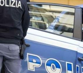 Scappa all'alt della polizia: inseguita e raggiunta, sperona l'auto di servizio e infine viene arrestata