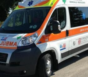 Interviene per un soccorso in casa, ambulanza resta impantanata: tirata fuori dai vigili del fuoco