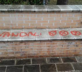 """Imbrattano edifici terremotati, il sindaco di Belforte: """"Denuncia contro ignoti che ritiro solo se puliscono"""""""