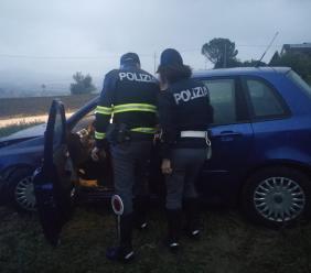 Mistero a Pollenza, ritrovata un'auto abbandonata e semi distrutta - FOTO