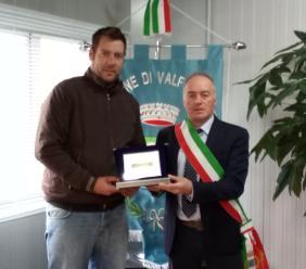 Valfornace, Mirko Caramanti premiato in comune con la targa di benemerenza
