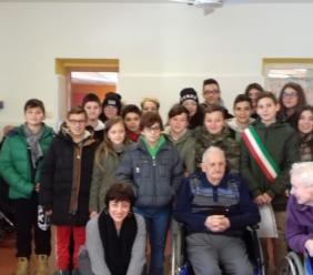 Castelraimondo, il consiglio comunale dei ragazzi porta gli auguri di Natale agli anziani della Casa di ospitalità