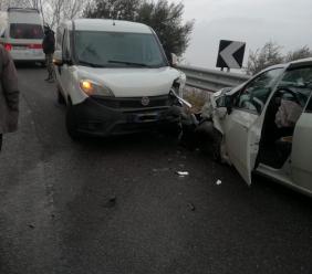 Cingoli, frontale tra un furgone e una Punto: due passeggeri in ospedale per accertamenti (FOTO)