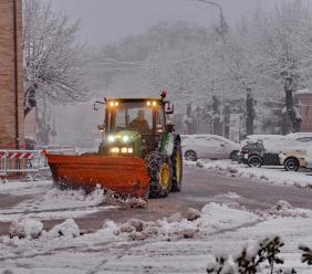 È arrivata la neve nell'entroterra: scuole chiuse in molti comuni