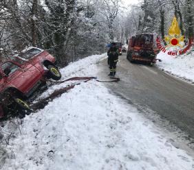 Camporotondo, auto finisce fuori strada per la neve: i Vigili la recuperano (FOTO)