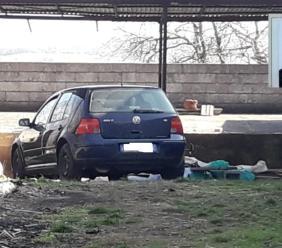 Schiacciata dall'auto mentre raccoglie la legna per scaldarsi: muore una donna (FOTO)