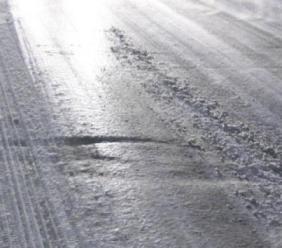 Piani di Ragnolo, il ghiaccio blocca le auto: circolazione in tilt