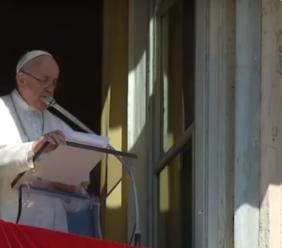 """Roma, durante l'Angelus Papa Francesco annuncia la sua visita: """"Domani vado a Loreto, nella Casa della Vergine"""""""