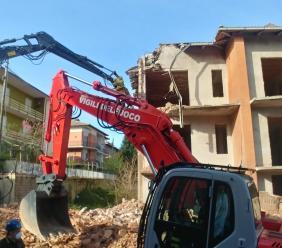Sarnano, al via la demolizione di un edificio in via San Rocco: era stato pesantemente colpito dal sisma del 2016