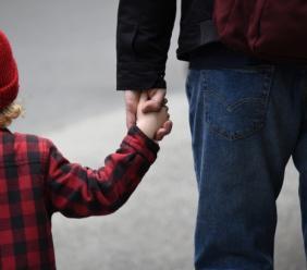 Mamma non autorizzata entra a scuola per prendere il figlio: attenzione alla condanna per interruzione di pubblico servizio