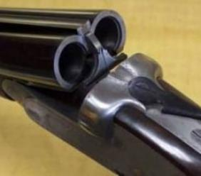 Follia in centro, uomo spara con il fucile tra la folla