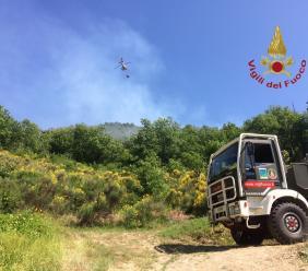 Ancora attivo l'incendio di Fiuminata: si risvegliano alcuni focolai