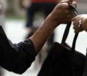 Ruba la borsa di un'anziana, trova la dentiera e cerca di rivenderla: denunciato un 32enne