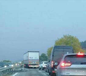 Morrovalle, auto tampona camion e prende fuoco: traffico in tilt in superstrada