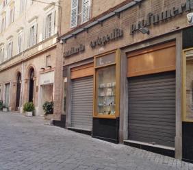"""Il risveglio in corso Matteotti, i commercianti: """"Noi continuiamo a resistere ma che ci siano dei servizi mirati per i visitatori"""""""
