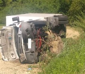 Tolentino, finisce fuori strada con il camion: conducente miracolato (FOTO)