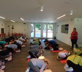 Sarnano, l'utilizzo del defibrillatore nelle scuole: a lezione con la Croce Rossa
