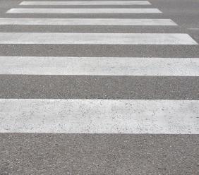Il pedone attraversa la strada parlando al cellulare: è sua la responsabilità dell'investimento?
