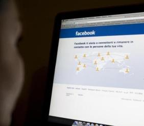 Pubblica foto altrui sul proprio profilo Facebook senza consenso: condannato