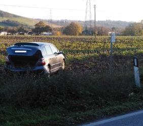 Tamponamento lungo la provinciale: auto finisce in un campo (FOTO)