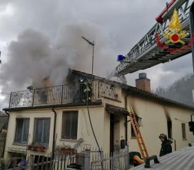 San Ginesio, canna fumaria in fiamme: incendio in un'abitazione (FOTO)