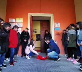 """Macerata, """"Per non dimenticare"""": pietra d'inciampo collocata all'ingresso del liceo Leopardi"""