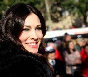 """Manuela Arcuri conquista Macerata, buona cornice di pubblico per il Carnevale. """"La Bella e la Bestia"""" miglior carro (FOTO)"""