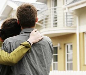 Abitazione costruita dai coniugi in comunione legale sopra il suolo di proprietà esclusiva di uno dei due: chi è proprietario dell'abitazione e quali tutele spettano al coniuge non proprietario del suolo?