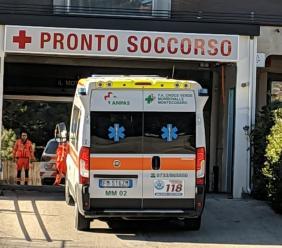 Montecassiano, finisce con l'auto contro una pianta: donna di 44 anni in ospedale