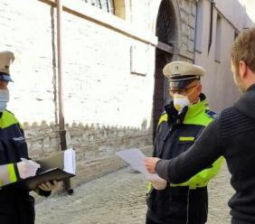 """San Severino, """"Vado a fare spesa"""", ma è una scusa: scatta la multa da 400 euro"""