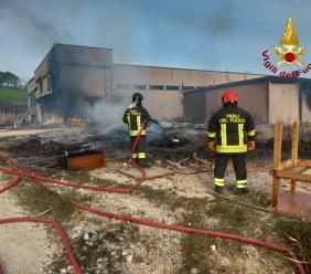 Montecosaro, incendio in una fabbrica dismessa: alta colonna di fumo nero (FOTO)