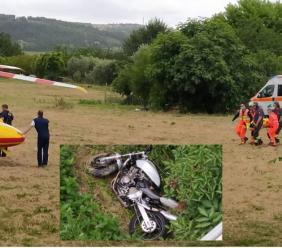 Montecassiano, tenta il sorpasso con la moto ma finisce in un fosso: ragazzo trasportato a Torrette (VIDEO e FOTO)