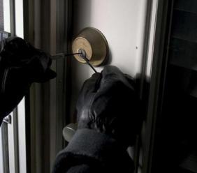 Montecassiano, ladri tentano di svaligiare un'abitazione: l'allarme li mette in fuga