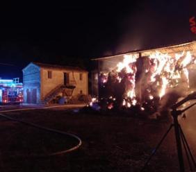 San Ginesio, va a fuoco fienile con 100 rotoballe: vigili del fuoco al lavoro da ore