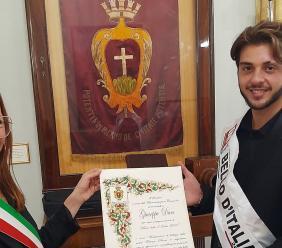 Mister bello d'Italia è di Potenza Picena: premiato in Comune dal sindaco