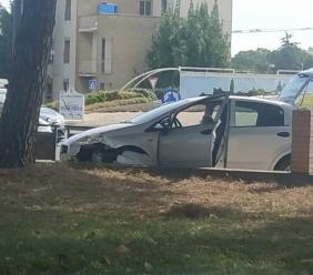 Piediripa, tamponamento alla rotonda tra due auto: donna resta intrappolata nell'abitacolo (FOTO)