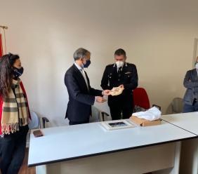 Macerata, il saluto della Polizia Locale al questore Pignataro: donato un crest del Comando