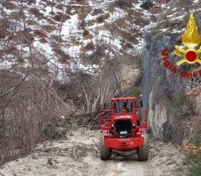 Sefro, frana di circa 50 metri in località Castello: Vigili del Fuoco in azione