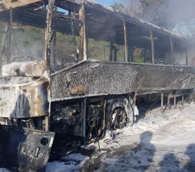 Mogliano, paura lungo la Provinciale 72: autobus devastato dalle fiamme