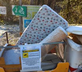 Parte da Tolentino per gettare rifiuti a Caldarola: donna incastrata dalle telecamere