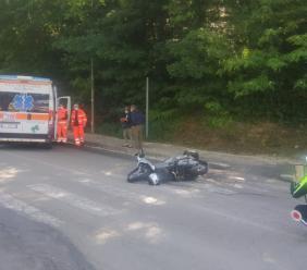 Macerata, investito da uno scooter in via Mugnoz: interviene il 118 (FOTO)