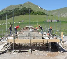 Chiesa della Madonna della Cona, proseguono i lavori: in ultimazione la nuova struttura a botte (FOTO)