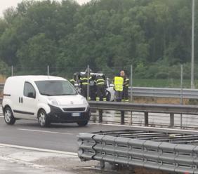 Si schianta con l'auto contro il guard-rail in superstrada: paura per il conducente (FOTO)