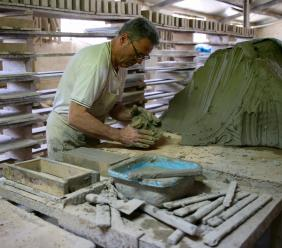 """Giuseppe è l'ultimo mattonaio artigianale rimasto nelle Marche: """"Il mio è un mestiere eterno"""" (FOTO)"""